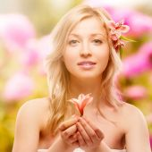 Beautiful young woman over autumn background — Stock Photo