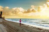 Kadının güzel okyanus görmek — Stok fotoğraf