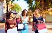 Mutlu Afrika kız alışveriş torbaları yolda yürümek — Stok fotoğraf