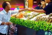 People buy seafood on friday night market, Koh Samui, Thailand. On January 30, 2015 — Stock Photo