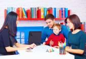 Família no gabinete quando o profissional — Fotografia Stock