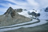 Glaciers flow down from mountain in the alps — Foto Stock