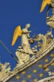 Golden winged angels on the facade of the basilica of Saint Mark — Stock Photo