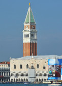 The Doge's Palace, and the leaning St Mark's bell tower — Stock Photo