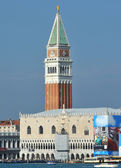 Der Dogenpalast und Markusplatz schiefen Glockenturm — Stockfoto