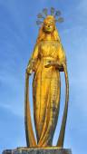 Beautiful gold statue of the Virgin Mary — Stock Photo