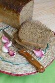 The cut rye bread and garlic. — ストック写真