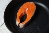 Darne de saumon frais sur la lèchefrite — Photo