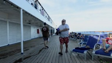 People resting at the cruise liner — Stock Video