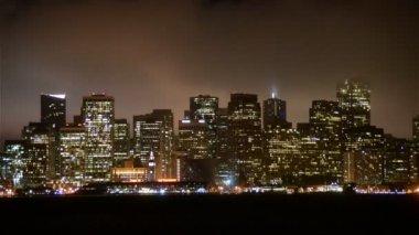 Mglisty San Francisco Skyline w nocy — Wideo stockowe