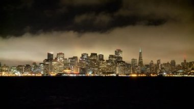 夜の霧 San Francisco スカイライン — ストックビデオ
