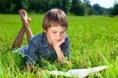 Livre de lecture enfant plein air — Photo