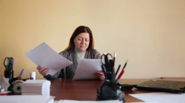 Woman employee in the office scatters documents upset tired — Stock Video
