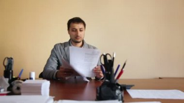 Man employee in the office scatters documents upset tired — Stock Video