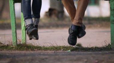 Beine schwingen — Stockvideo