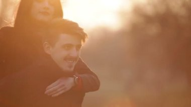 Couple in love having fun and embracing in the evening sun — Stock Video