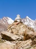 Buddhist stupas at the pass in Himalayas mountain — Stock Photo