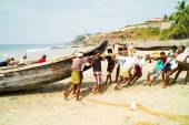 Fishermen pushing the fishing boat on the beach out of the Arabi — Stock Photo
