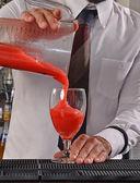 Barman preparing strawberry cocktail. — Stockfoto