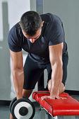 Człowiek, trening z ciężarami siłowni. — Zdjęcie stockowe