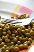 Fork with boiled fresh green peas — Stock Photo