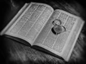 Verre ancien et dictionnaire Bw — Photo
