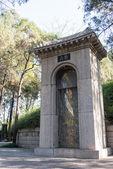 Luoyang, china - 13 de noviembre de 2014: tumba de bai juyi (772-846 d.c.) de china luoyang, henan,. fue un famoso poeta chino de la espiga dinastía, china - 13 de noviembre de 2014: tumba de bai juyi (772-846 d.c.) en — Foto de Stock