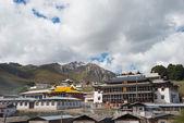 Langmusi, china - sep 25 2014: kirti gompa (dacangnama ge'erdisi). una famosa lamasería en langmusi, sichuan, china. — Foto de Stock
