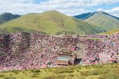 SICHUAN, CHINA - SEP 19 2014: Larung Gar(Larung Five Sciences Buddhist Academy). a famous Lamasery in Seda, Sichuan, China. — Stock Photo