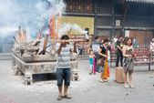 SICHUAN, CHINA - SEP 13 2014: Pilgrim at Lingshan Temple. a famous Temple in Mianning, Xichang, Sichuan, China. — Стоковое фото