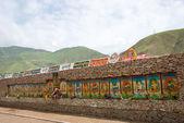 Yushu(Jyekundo), China - 13. Juli 2014: Mani Tempel (Mani Shicheng). ein Wahrzeichen in der tibetischen Stadt Yushu Qinghai, China. — Stockfoto