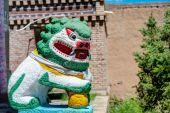 Qlian, Kina - Jul 3 2014: Sten staty, en rigg kloster (Arou Dasi). en berömda landmärke i den tibetanska staden Qilian, Qinghai, Kina. — Stockfoto