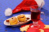 Mulled wine with cookies and baked apple — Stock Photo