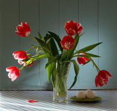 Red tulips in crystal vase with eggs — Stock Photo