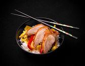 Entenbrust mit Gemüse auf Reis, Stäbchen — Stockfoto