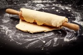 Dough and rolling pin — Stock Photo