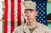 Человек в военной форме на фоне флага Сша — Стоковое фото