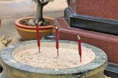 Räucherstäbchen sie brennen im tempel — Stockfoto