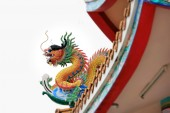Dragon statue on roof — Stock Photo