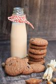 Tasty chocolate chip cookie and sour milk — Stock Photo