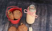 Sabroso chocolate chip cookie y agria la leche — Foto de Stock