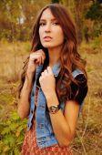 Linda jovencita en el bosque de otoño — Foto de Stock