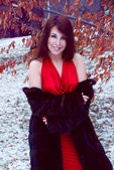 Outdoor portrait of beautiful smiling redheaded woman in fur coa — Stockfoto