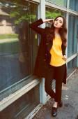 黒のトレンチ コート、黄色のブラウスの若い女性の肖像画 — ストック写真