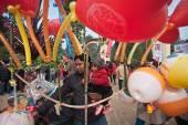 ネパールの父と子のフェアで風船を購入 — ストック写真