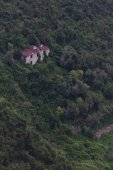Lone house on the hilly coast of Cinque Terre — Stock Photo