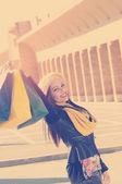 Jovem menina feliz depois de um dia de compras aplicado filtro instagram s — Fotografia Stock