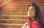 Uygulanan merdiven sıcak efekti oturan Akdeniz genç kız — Stok fotoğraf