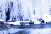 Zimowy pejzaż z zamarzniętym wodospadzie — Zdjęcie stockowe