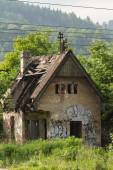Abandoned farmhouse in Zilina, Slovakia under the trees — Stock Photo